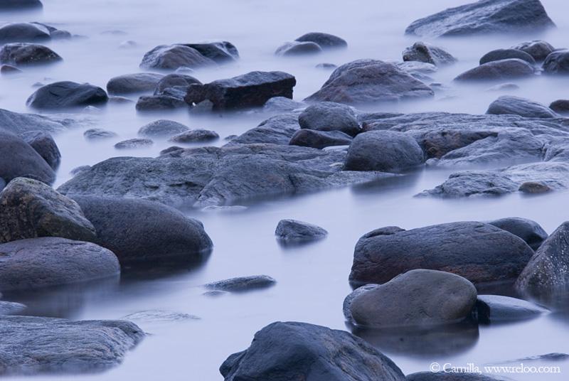 Stenarna och havet med vågorna