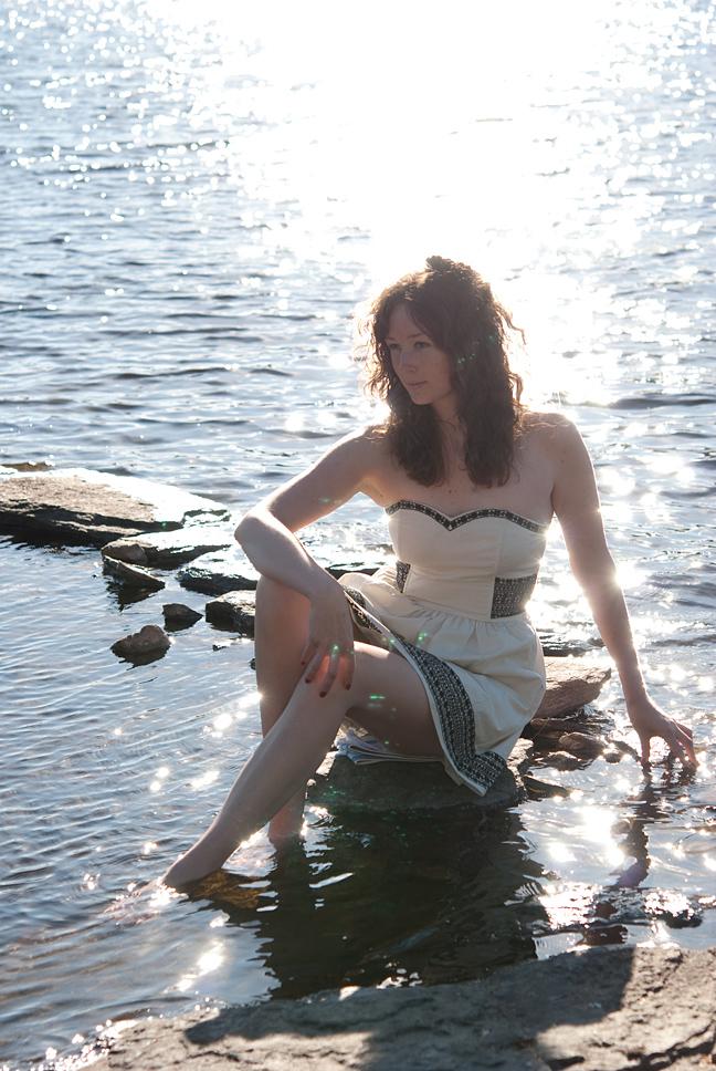 Jag, sittande på en sten i vattnet