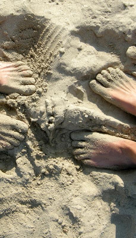 Fötter på stranden på Mallorca