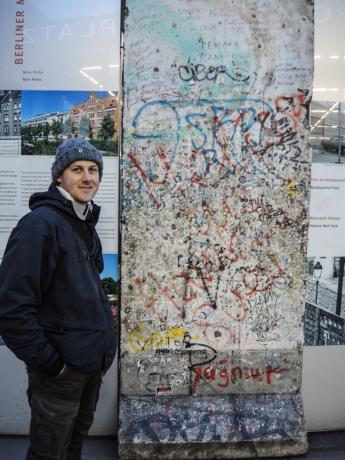 Oscar vid en del av Berlinmuren