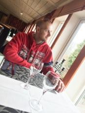 Oscar väntar på middagen hos Ästad gård