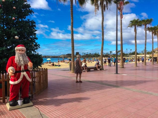 Jultomte som är aningen för varmt klädd