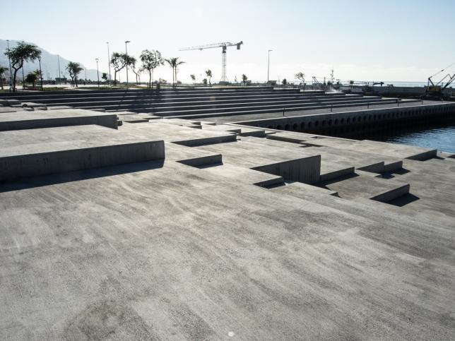 Funchals promenadväg har utökats med betong. Perfekt som sittplatser som dessutom ger ett grafiskt intryck.