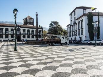 Camara Municipal, rådhuset från tidiga 1800-talet, i Funchal med torget framför sig. Torget har en fiskfjällsmönstrad stenläggning.