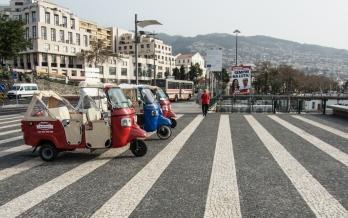 Vid hamnen i Funchal finns nu Tuk-tuk på rad.