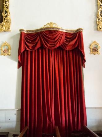 Inne i en kyrka - en upphängning av gardin som jag kan tänka mig ha hemma..