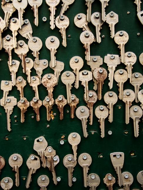 En dörr med ett par nycklar
