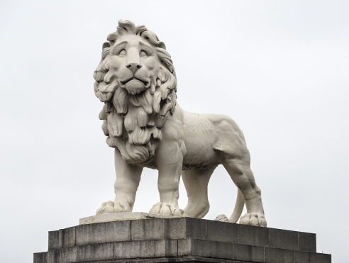 Ett lejon vid en av Londons broar