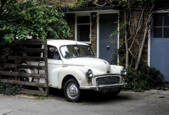 En fin bil vid ett hus.