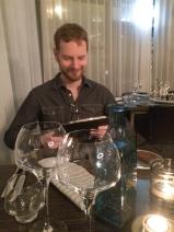Jon letar efter öl i resturangens meny
