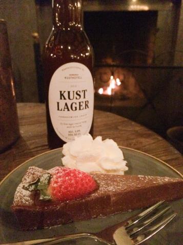 Öl tillsammans med kladdkaka på Varbergs Kusthotell